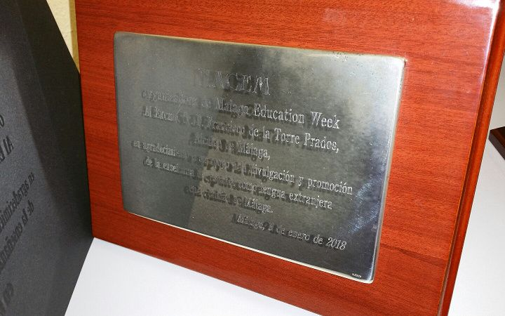 Placa conmemorativa de la celebración de Education Week.